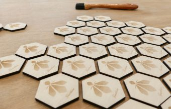 GUERLAIN - Broches en bois